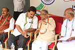 Educationist Dr. Wooday P. Krishna along with freedom fighter and Centenarian S. V. Manjunath on the occasion of Independence Day, 2016. Also seen are Seshadripuram College Governing Council Chairman M. S. Nataraj and Karnataka Sarvodaya Mandal Secretary L. Narasimhaiah.